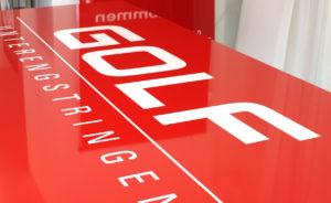 Display mit Schneidplot auf rotem Grund