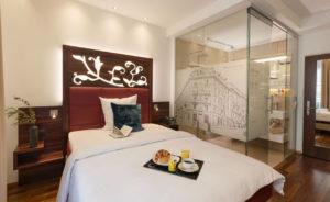 Ansicht des Hotelzimmers mit Nasszellen mit Sichtschutz